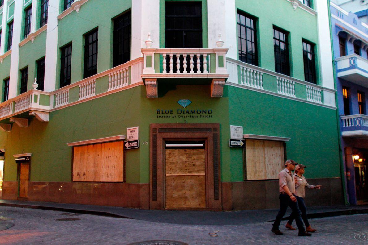 As lojas são protegidas antes da chegada antecipada de Maria em San Juan, Porto Rico.