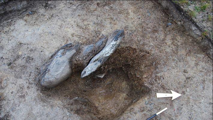 Uma cavidade de pedra escavada de Waun Mawn. Arqueólogos procuraram por pequenas diferenças na cor do ...