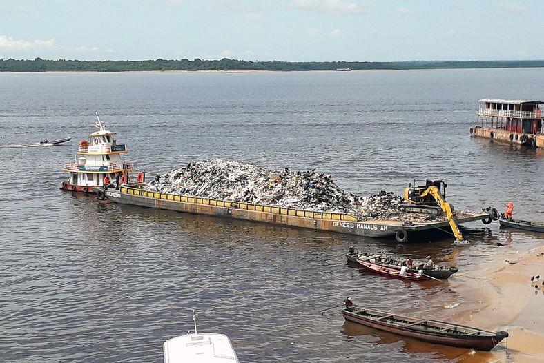Balsa repleta de resíduos no porto de Manaus. Média de 27 toneladas de lixo são retiradas ...