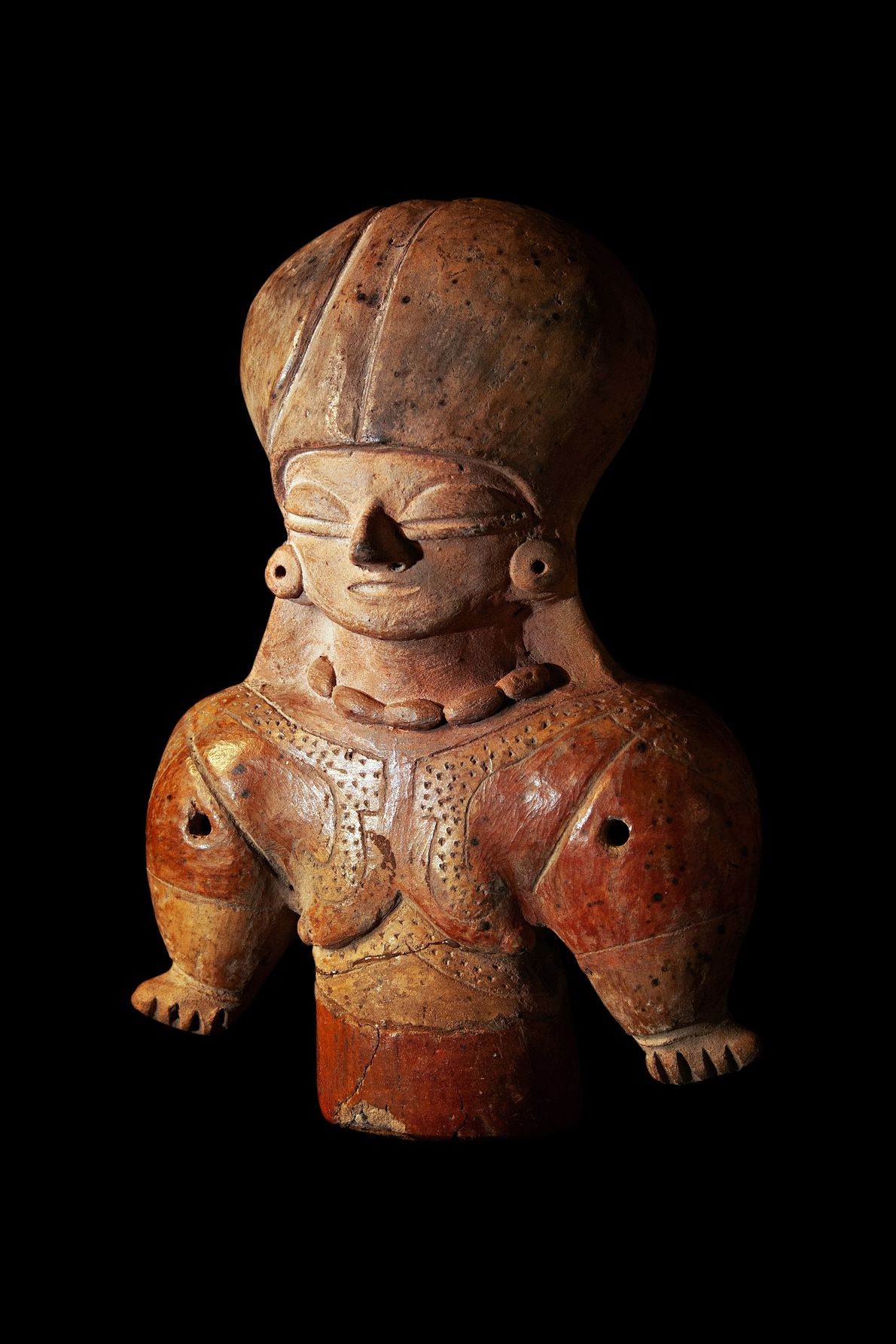Escultura de cerâmica de personagem com turbante e vestido vermelho da cultura chorrera encontrado nos Andes ...