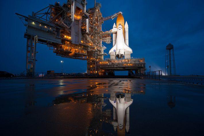 O ônibus espacial Atlantis aguarda o voo para uma missão de 12 dias até a Estação ...