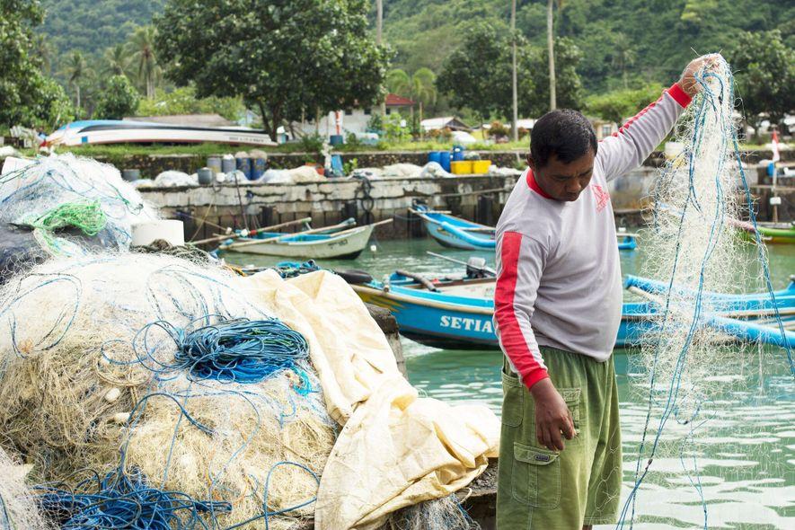 Pescador maneja rede de pesca identificada, uma das soluções encontradas pela Iniciativa Global de Combate à ...
