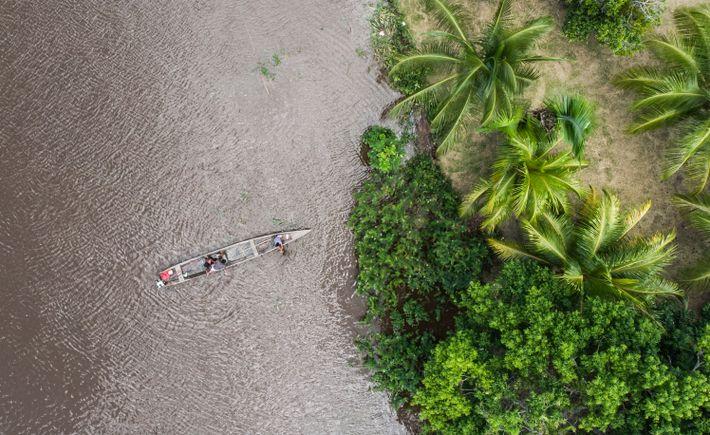 O rio é a principal via de transporte dessas comunidades. Existem várias mobilidades fluviais saindo de ...