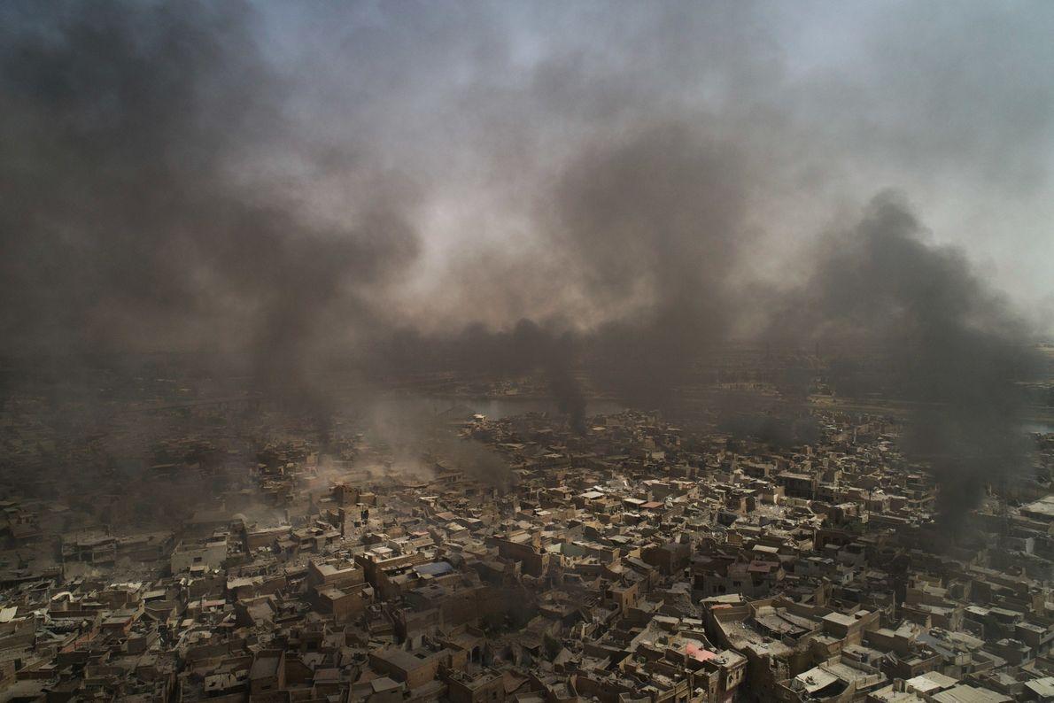Fumaça encobre a Cidade Velha depois de bombardeios enquanto as forças armadas do Iraque avançam contra ...