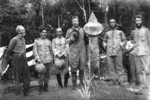 Theodore Roosevelt (à esquerda do marco), o então coronel Rondon (à direita) e outros membros da expedição ...