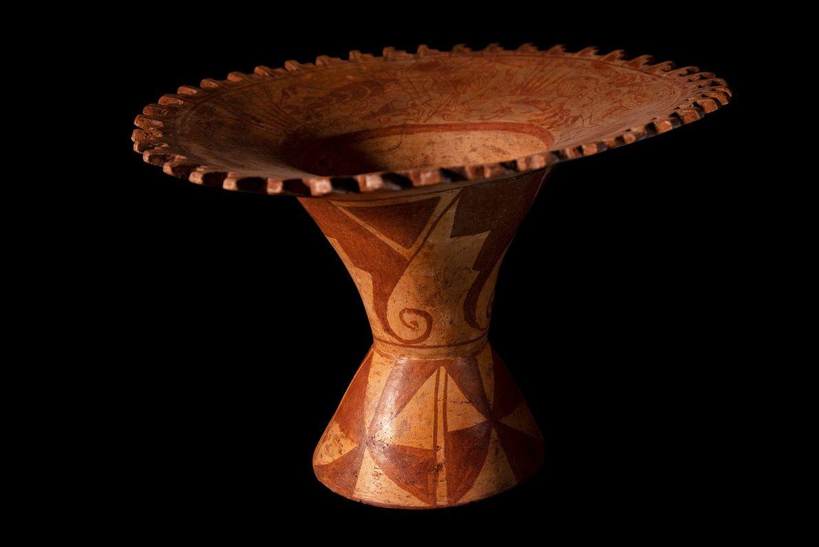 Jarro ou taça cerimonial com um chacoalho em seu interior. Cerâmica da cultura mochicha (séculos 1-7 ...