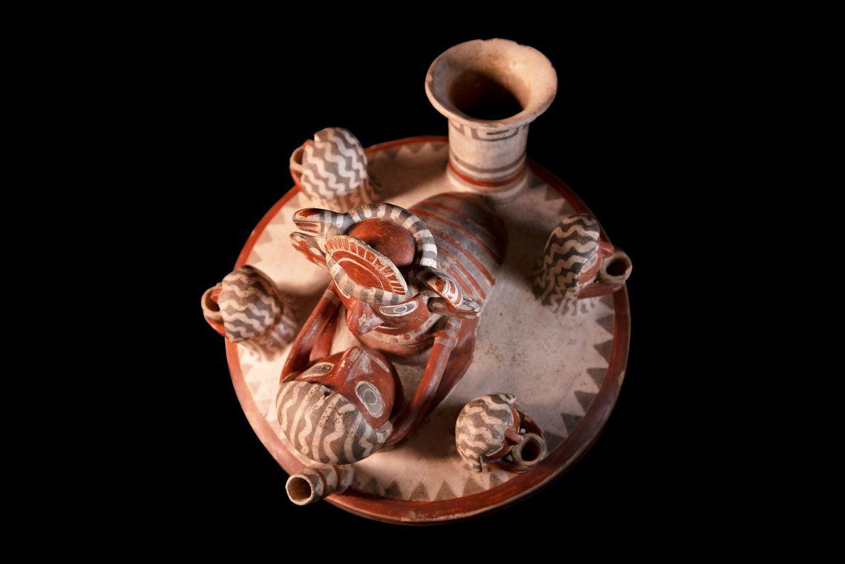 Recipiente esculpido da cultura recuay (século 2 a.C.-600 d.C.) encontrado nos Andes Centrais, atual Peru. A ...
