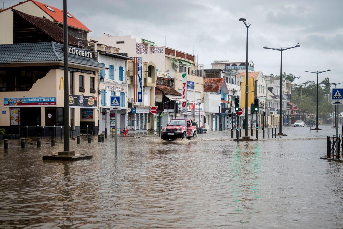 Motorista no frontão inundado em Fort-de-France, na ilha caribenha francesa da Martinica, depois de atingido pelo ...