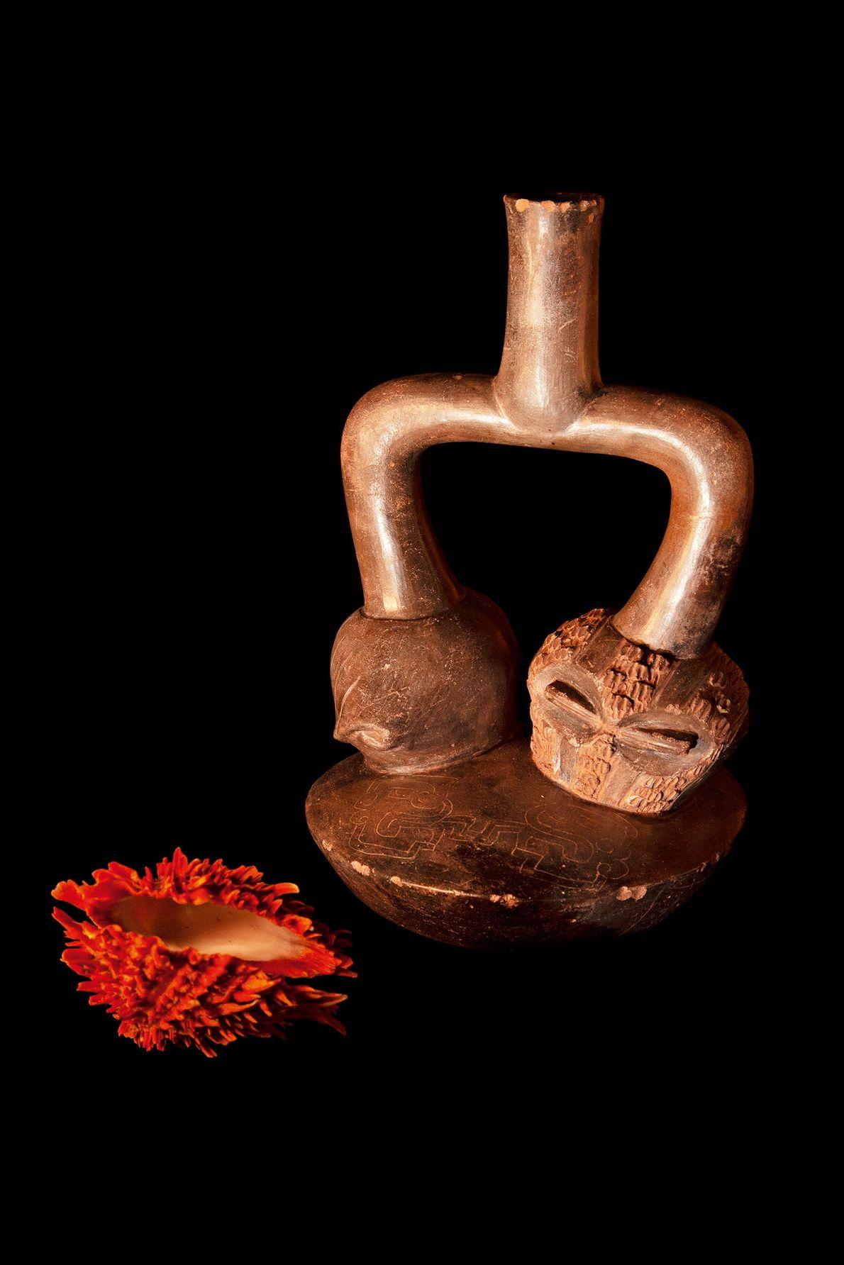 Garrafa com corpo troncônico e desenhos da cultura chavin (1200-200 a.C.), encontrada no norte do Peru. ...