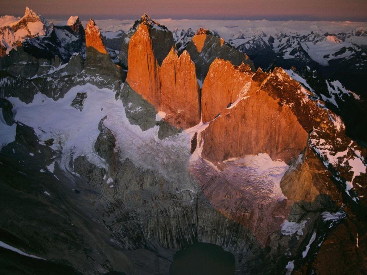 TORRES DEL PAINE - O nascer do sol aquece o extremo sul dos Andes, durante uma ...