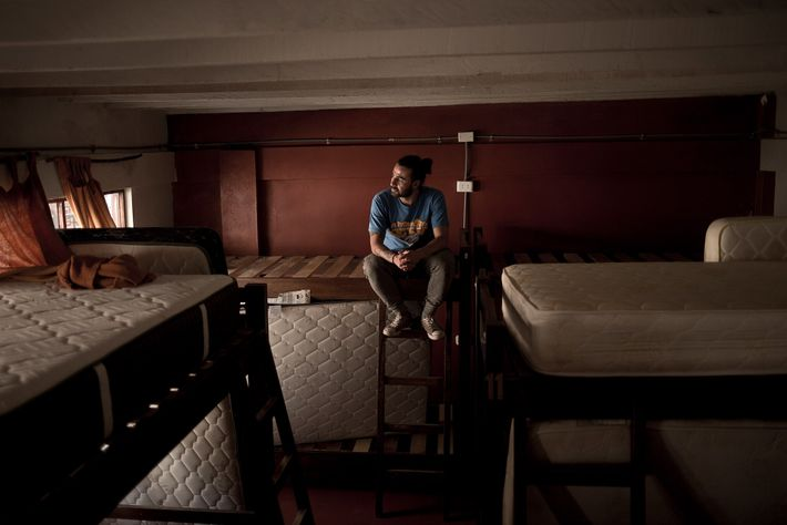 Sebastián Tobón, proprietário do Supertramp Hostels em Aguas Calientes, no Peru, senta-se em uma de suas ...