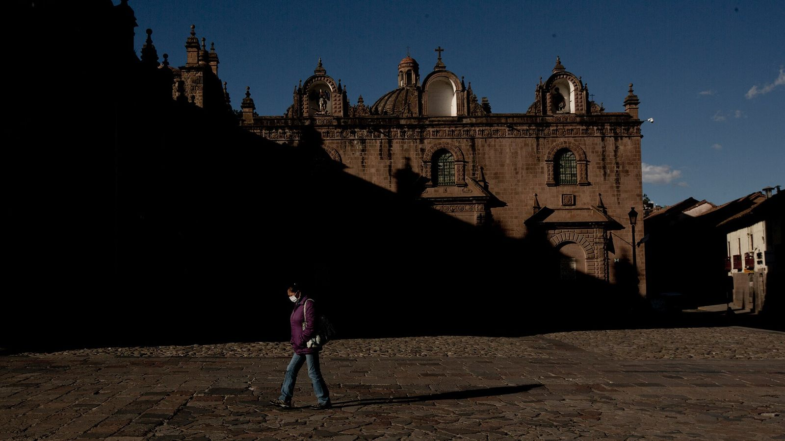 No outono de 2020, uma mulher caminhava pela Catedral de Cusco no alto dos Andes peruanos. ...