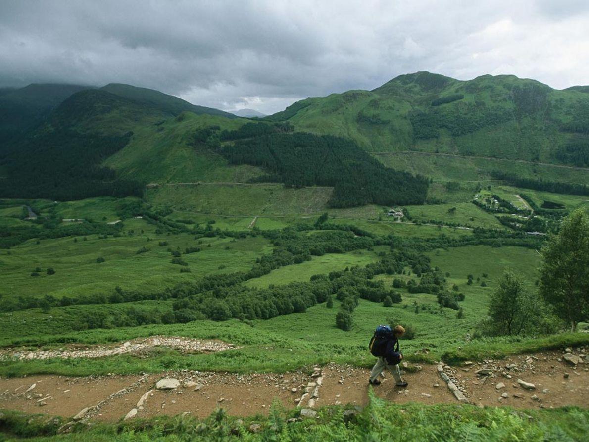 Ben Nevis, Escócia Céu nublado e montes cobertos de musgo são o cenário na trilha para a ...