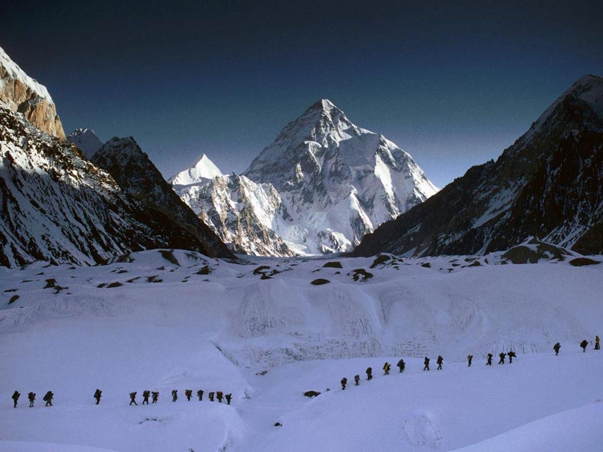 Alpinistas no K2 Atrás apenas do Everest em altura, o K2 atrai um grande número de alpinistas ...