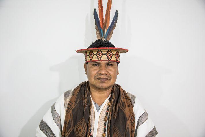 O líder ashaninka (pinkatsari) Reyder Sebastián é um dos poucos que pode mostrar o rosto para ...