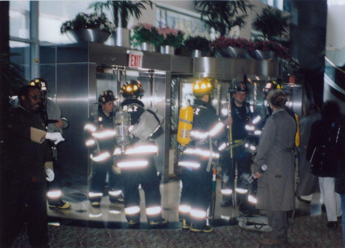 bombeiros no lobby do WTC