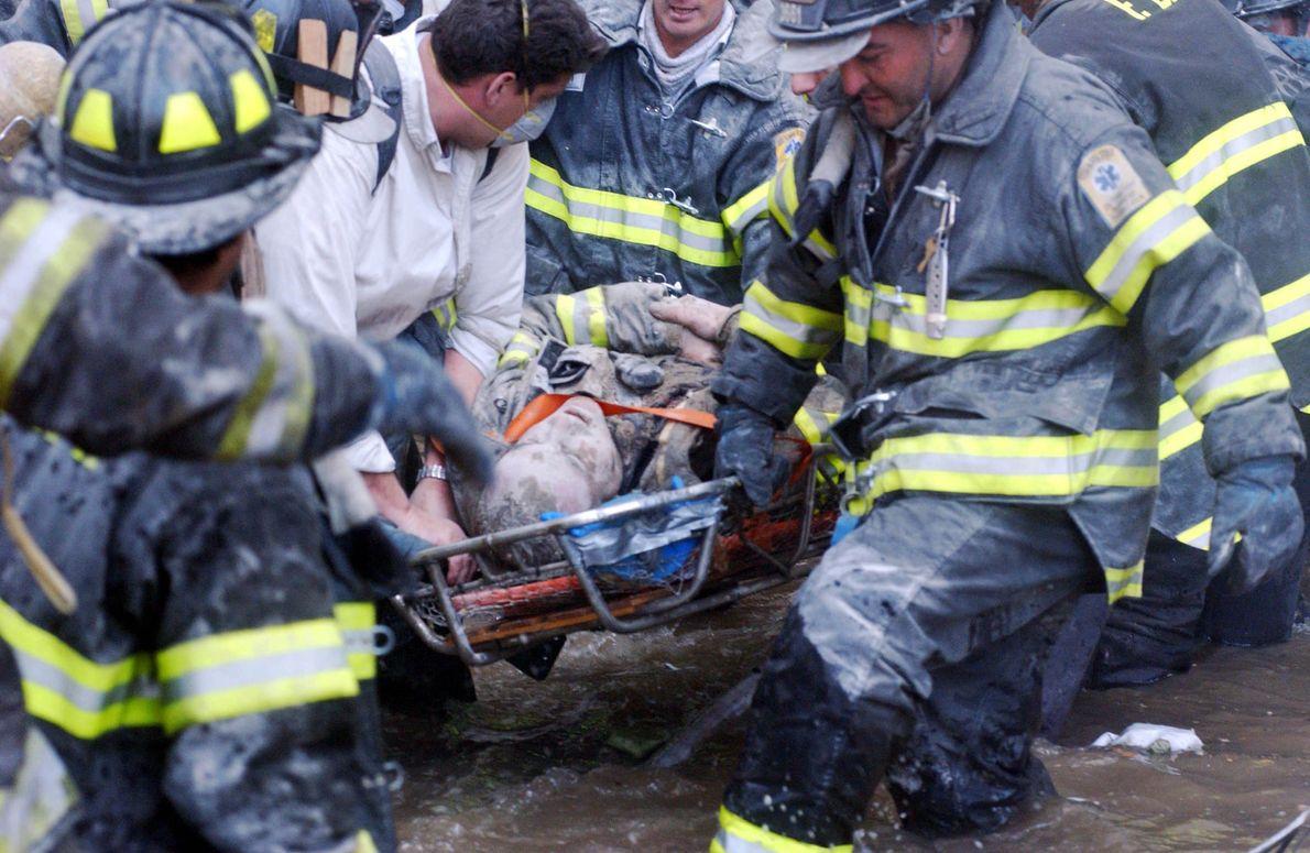 resgate de bombeiros nos escombros