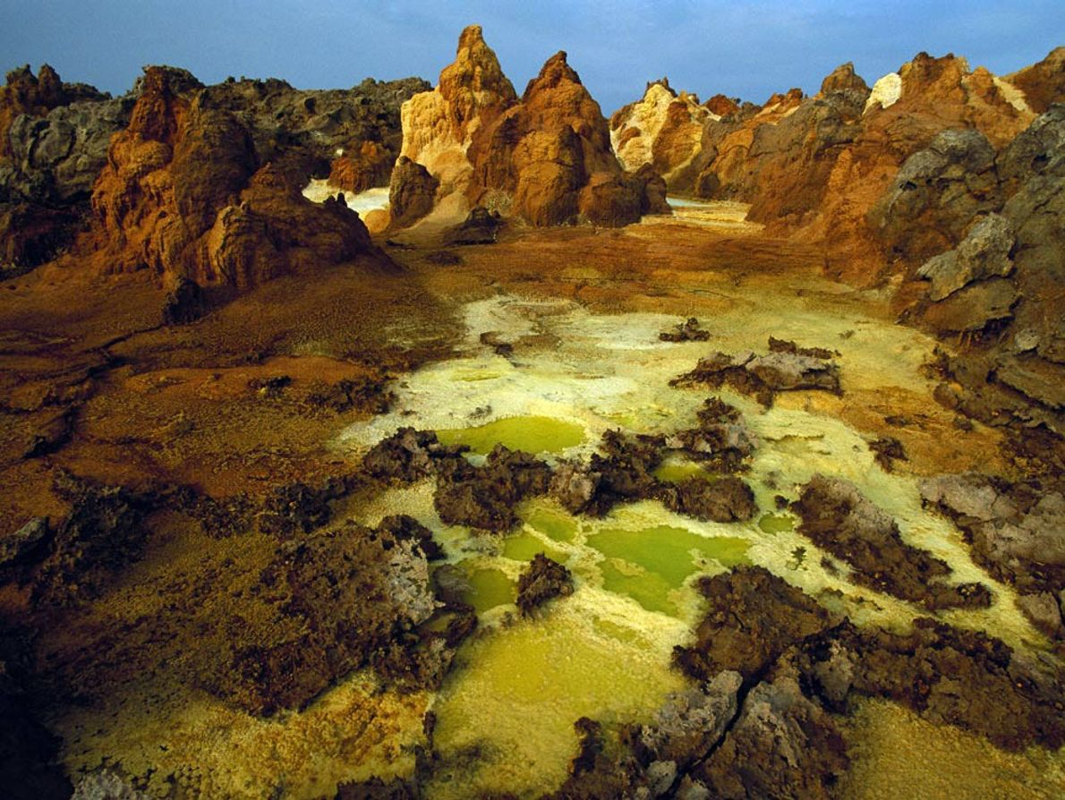 DANAKIL - Enxofre, sal e outros minerais colorem a cratera do vulcão Dallol, parte da Depressão ...