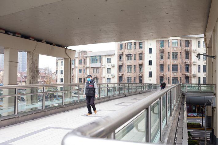 As primeiras notícias sobre a epidemia do novo coronavírus deixaram as ruas de Xangai desertas. As ...