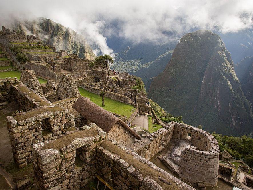 TEMPLO DO SOL O semicircular Templo do Sol, construído ao redor de uma grande rocha, oferece ...