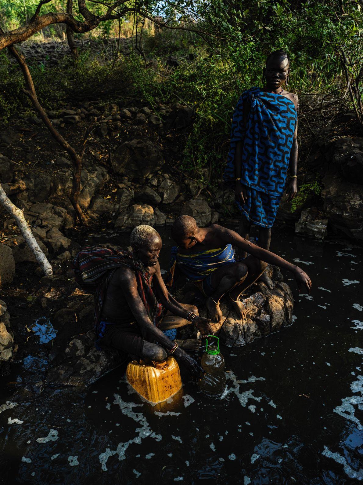 Na região de etnia Mursi, dentro do parque nacional Mago, na Etiópia, a Sra. Ngalu coleta ...