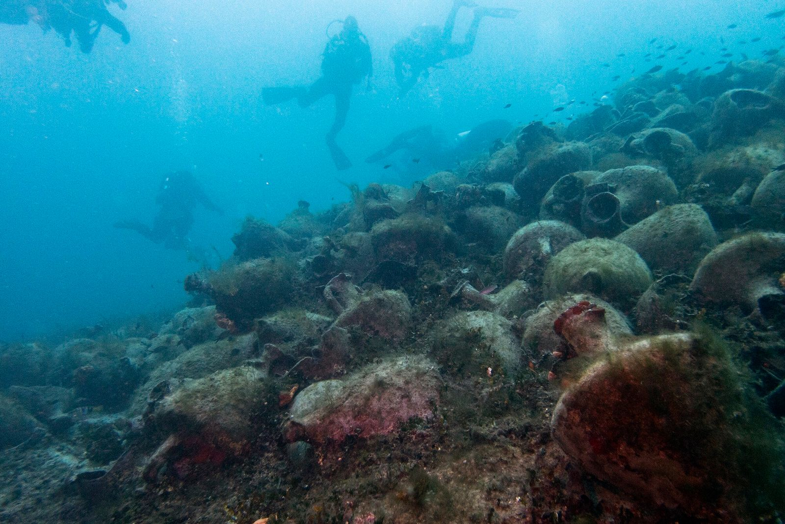 Alonissos, Grécia   Mergulhadores exploram uma infinidade de ânforas de um naufrágio ocorrido no século 5 ...