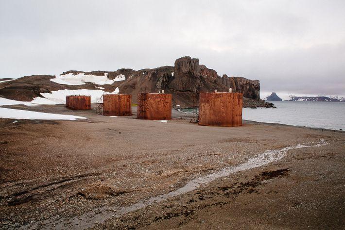 tanques de óleo russos abandonados
