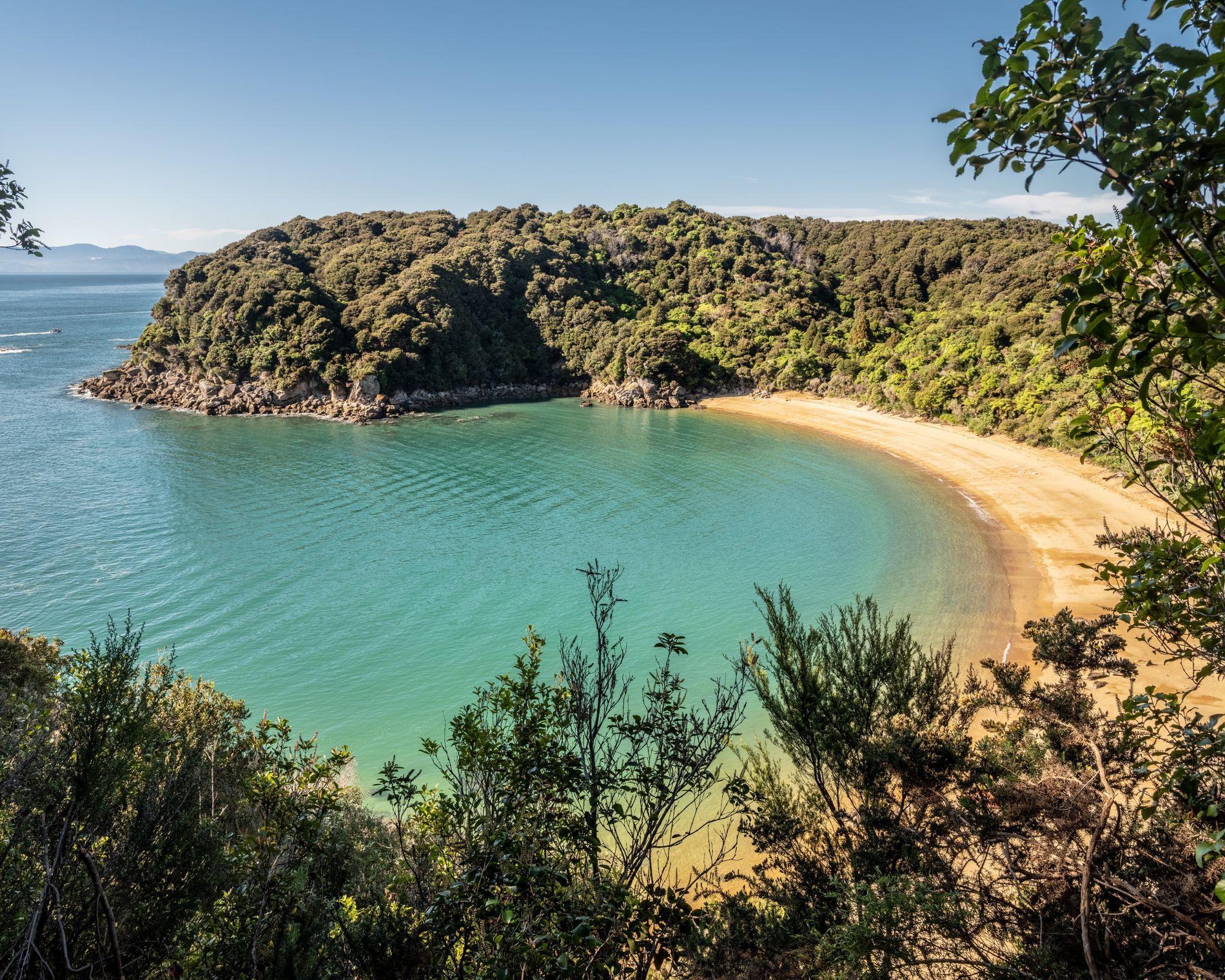 praia de areia fina recebe os visitantes do Parque Nacional Abel Tasman