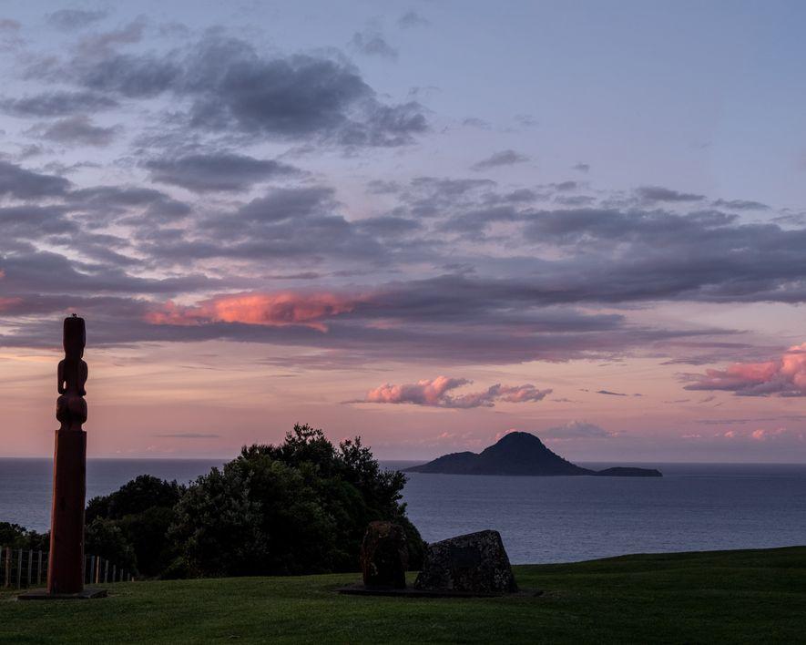 O sol se põe em Whakatāne, uma cidade na costa leste da Baía Plenty.
