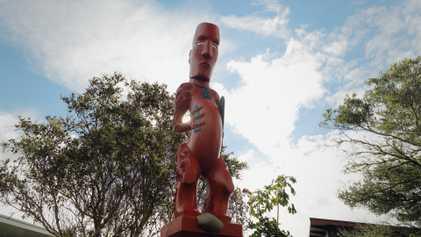 Baía de Plenty – Escultura em madeira