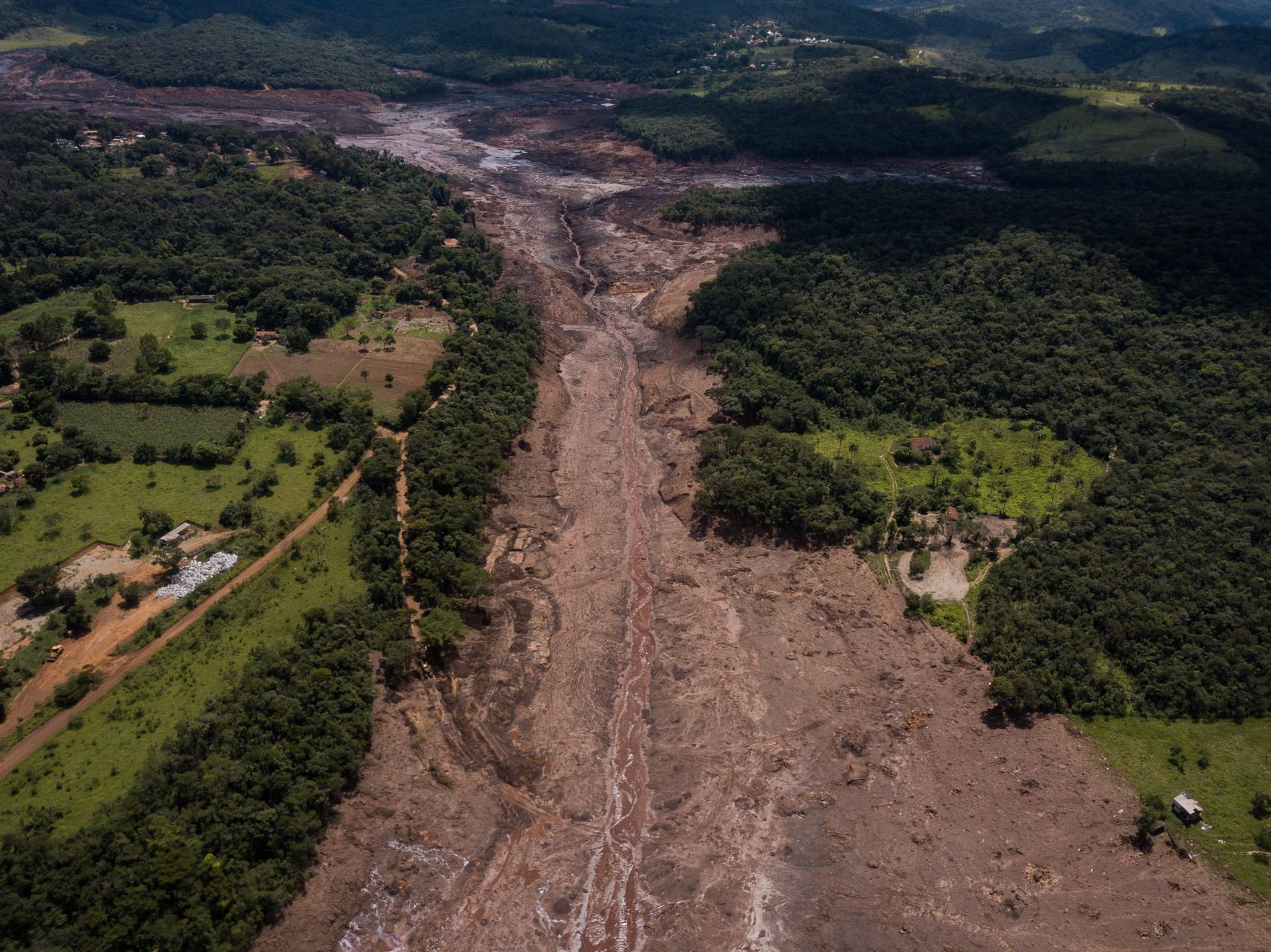 As vítimas humanas do rompimento da barragem da Vale em Brumadinho ainda não foram todas encontradas. Os danos ambientais também estão em pleno curso. Depois de descer o córrego do Feijão, a lama desaguou no rio Paraopeba e segue em direção ao São Francisco.