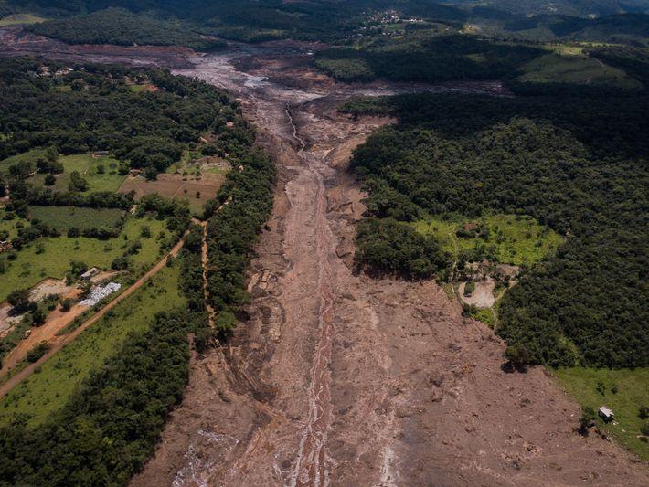 Com a liberação de 12,7 toneladas de rejeitos de minério de ferro, o rompimento da barragem ...