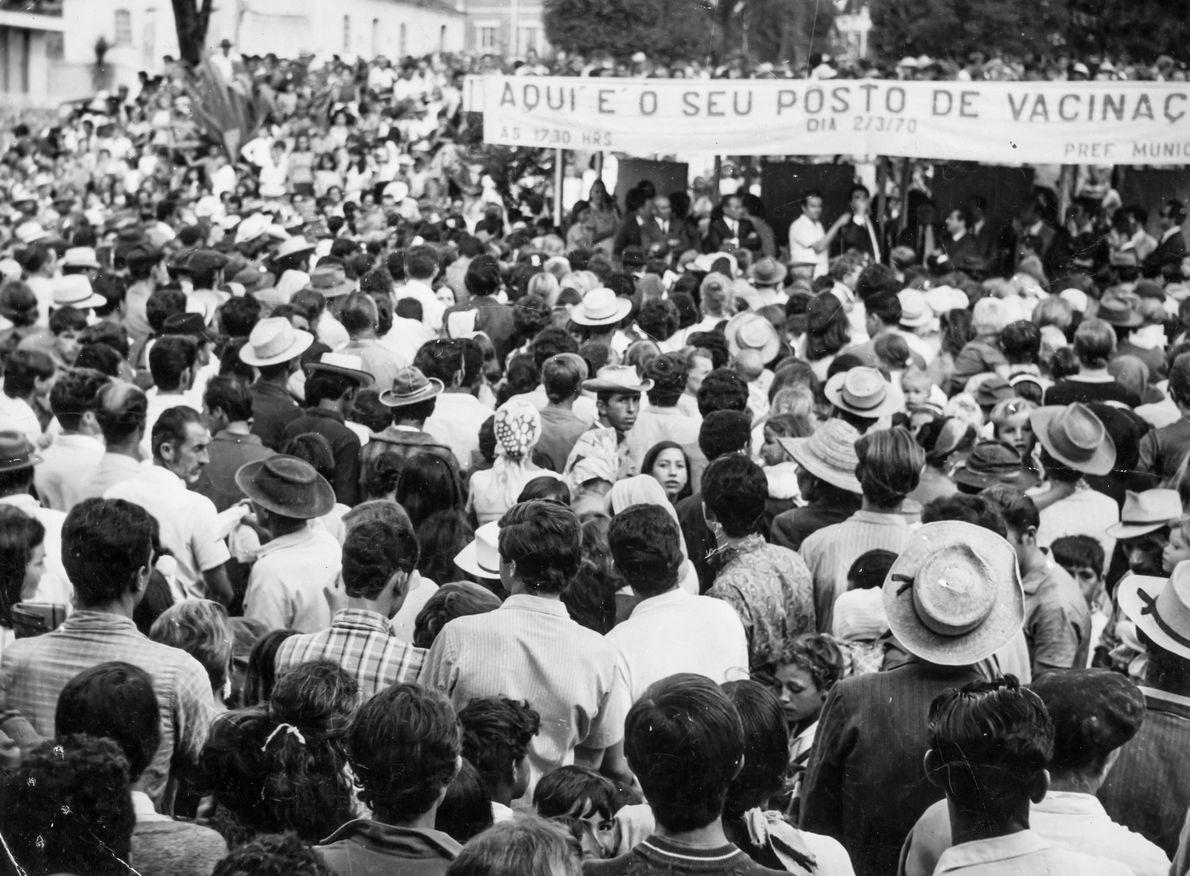 Multidão se aglomera para receber vacina contra varíola em Itajaí (SC), em 1970.