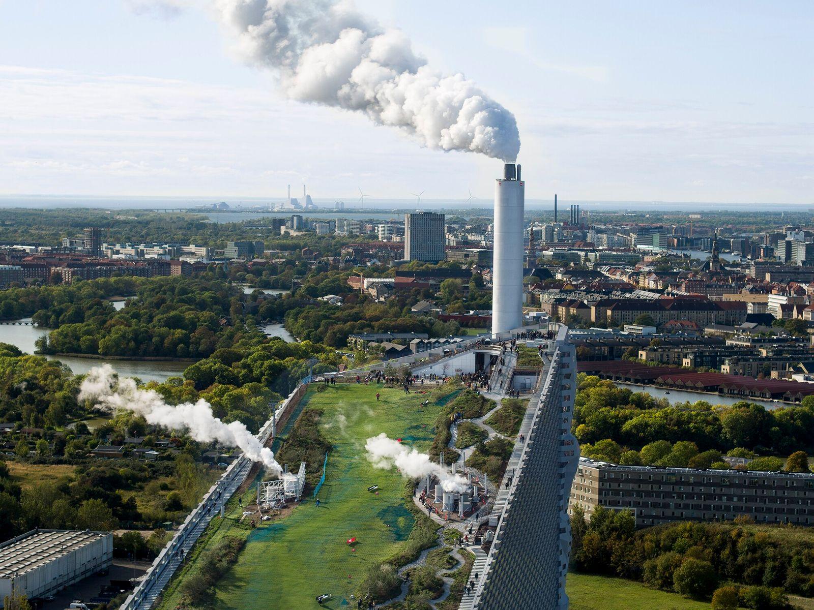Copenhague, Dinamarca   CopenHill, considerada uma das usinas de transformação de resíduos em energia mais limpas ...
