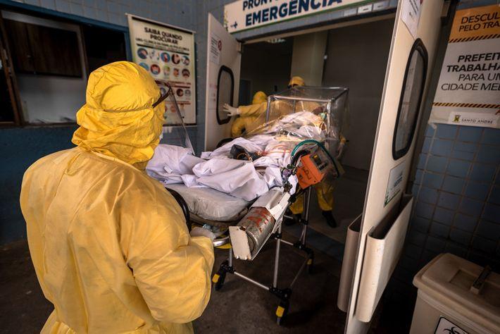 Alexandre Souza (à esquerda), socorrista, e seus colegas Rosangela Maza, enfermeira, e Ricardo Trevisan, médico, 28 ...