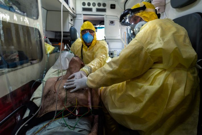 A enfermeira Andrea Valentim e o médico João Paulo Negretti amparam paciente inconsciente a caminho da ...