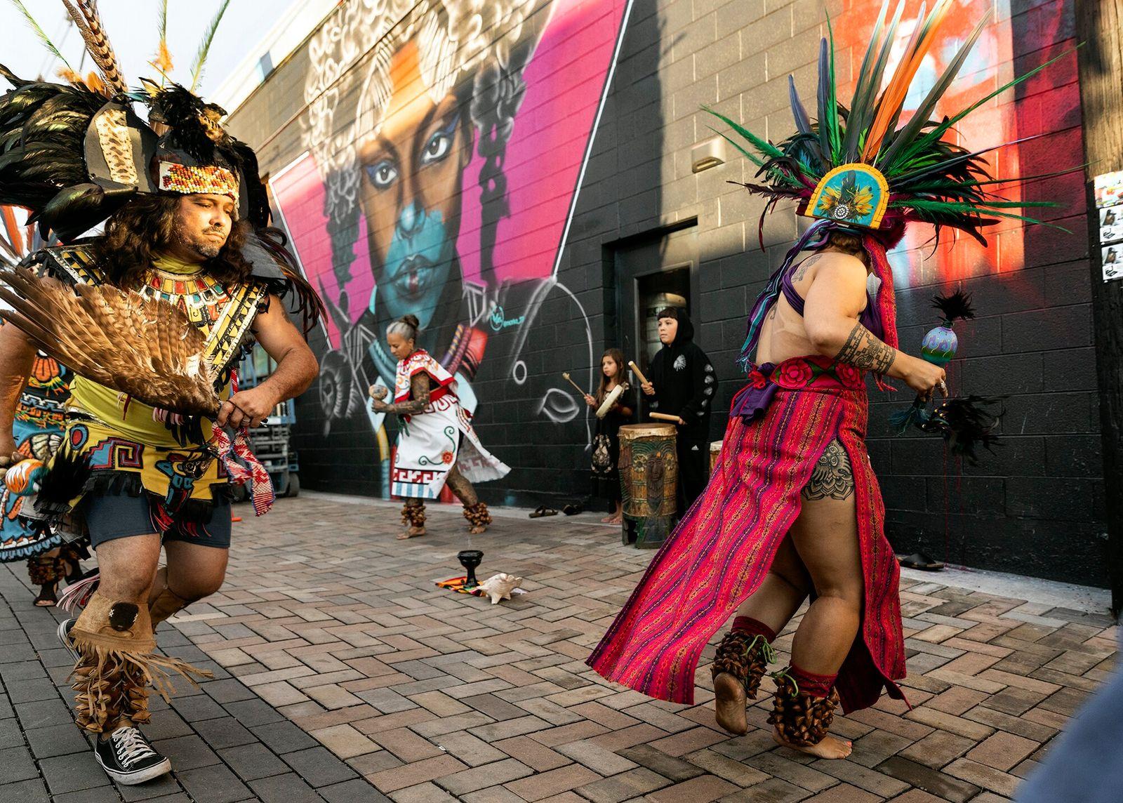 Denver, Colorado | Grupo de dançarinos astecas tradicionais se apresenta durante o Crush Walls 2019, popular ...