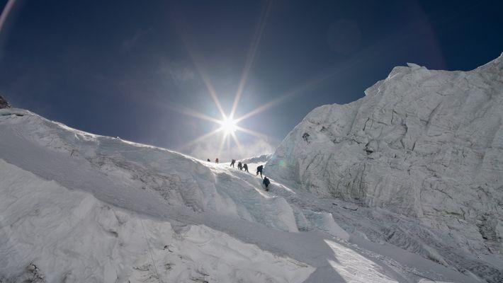 Os alpinistas precisam vencer um paredão  de gelo do vizinho Monte Lhotse, a 6.800 metros, ...