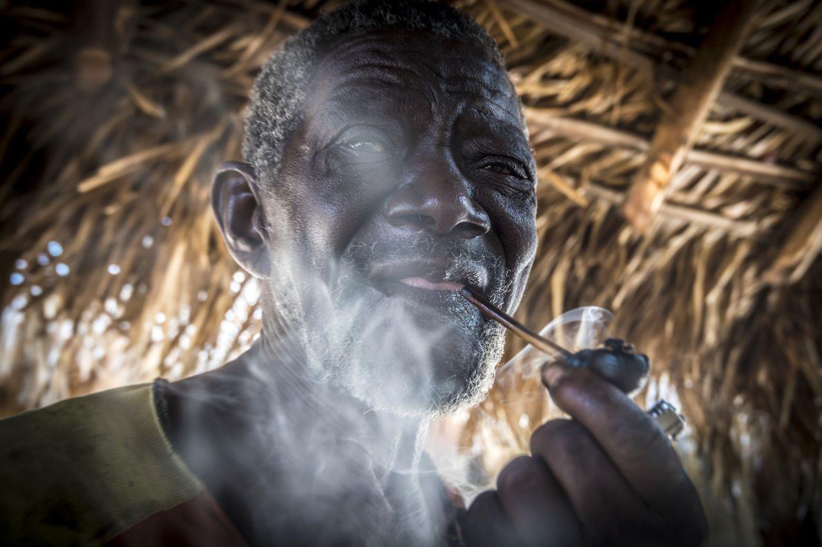 Quilombola fumando cachimbo em comunidade Kalunga