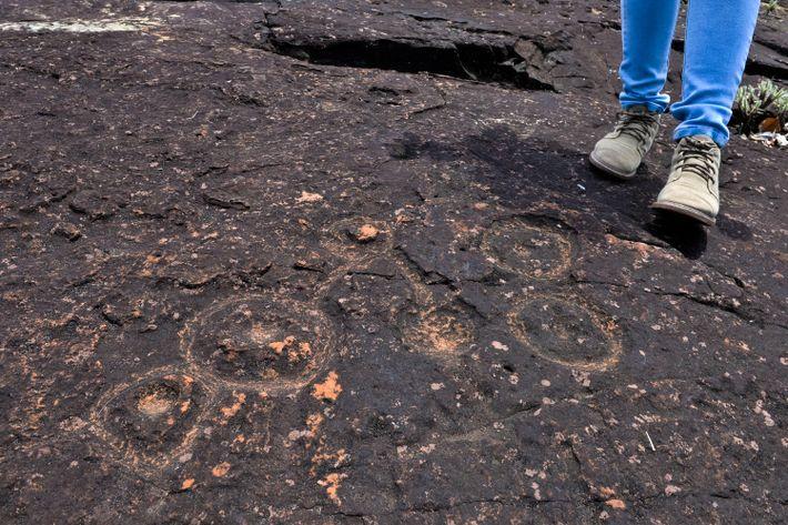 Os habitantes da região usaram ferramentas para 'desenhar' os petróglifos nestas rochas frágeis chamadas de arenito.