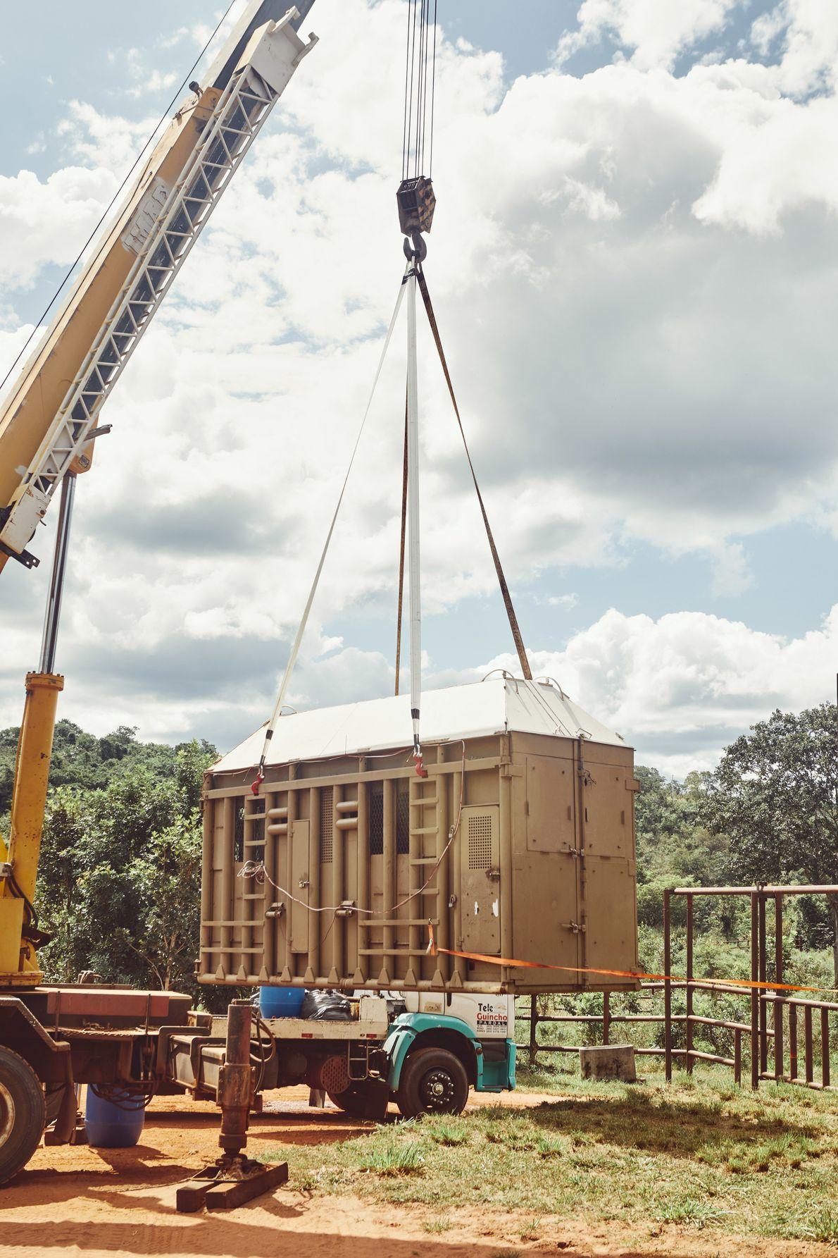 Chegou? A caixa é levantada com máquinas especiais e colocada na área externa do Santuário.