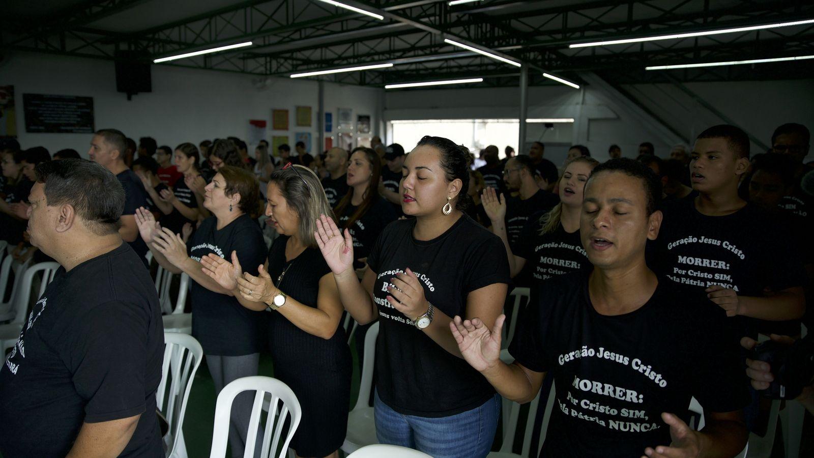 Membros da Igreja Pentecostal Geração Jesus Cristo, que acreditam que Jesus regressará em 2070 e participam ...