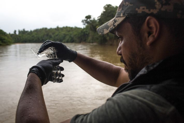 Pesquisador da SOS Mata Atlântica testa água do Paraopeba. A ONG finalizou a segunda etapa de ...