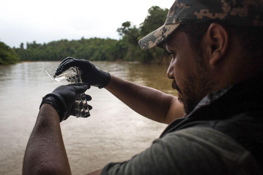 Pesquisador da SOS Mata Atlântica testa água do Paraopeba. A ONG finalizou a segunda etapa de estudos pelo rio depois do rompimento da barragem da Vale em Brumadinho. Dos 12 pontos de medição, nove estavam em condição ruim e três tinham a situação regular.