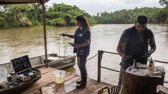 Equipe do SOS Mata Atlântica faz testes em amostras de água do rio Paraopeba.