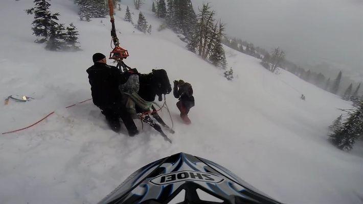 Cavalo preso nas montanhas é içado por uma equipe de resgate.