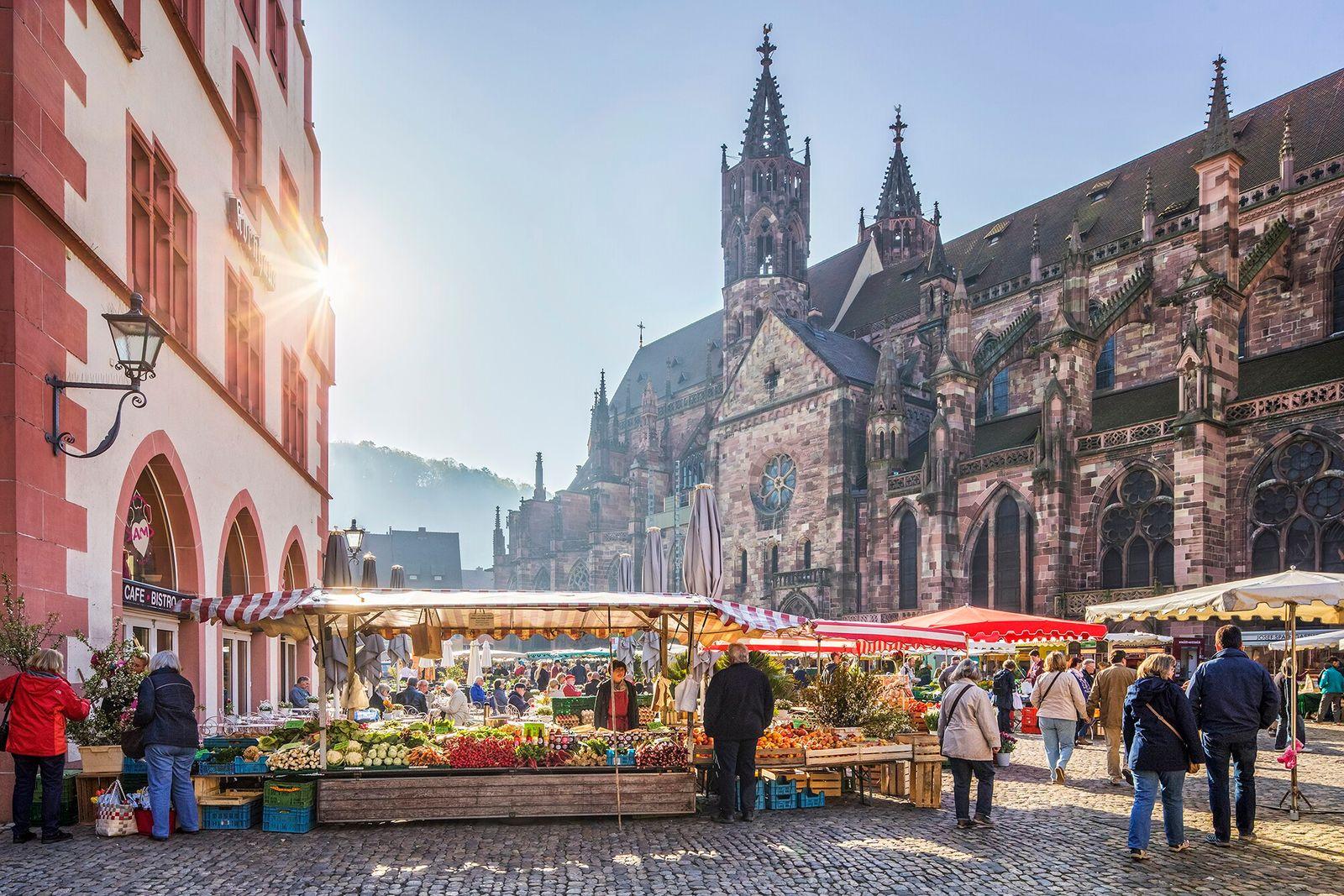 Freiburg, Alemanha   A vibrante cidade universitária alemã de Freiburg possui uma feira livre semanal em ...