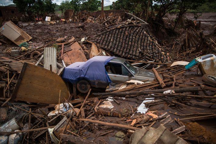 O rompimento da barragem de Fundão fez ruir centenas de imóveis, matou 19 pessoas e deixou ...