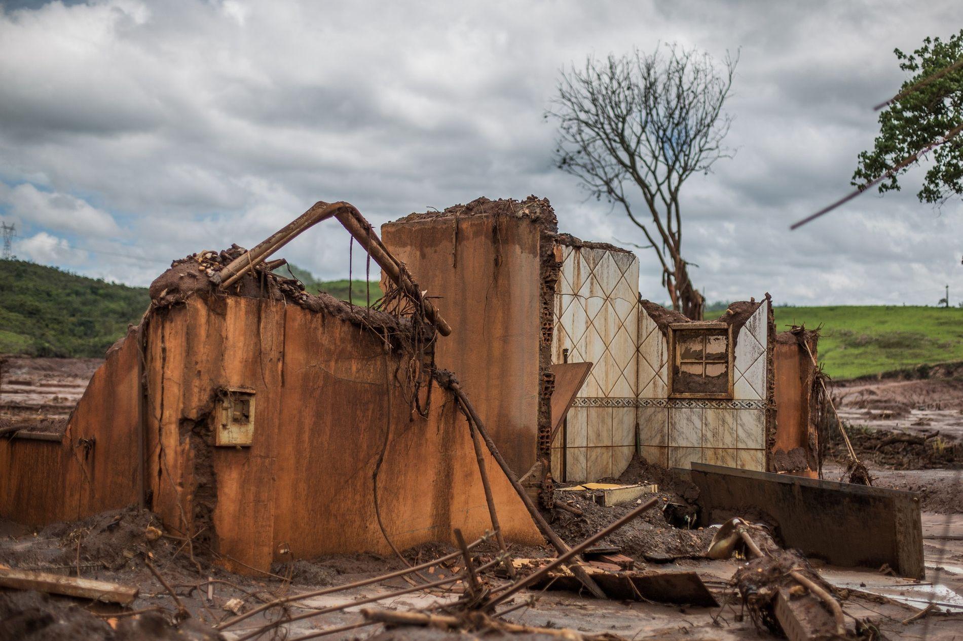 O maior desastre socioambiental do país no setor de mineração deixou um rastro de destruição na ...