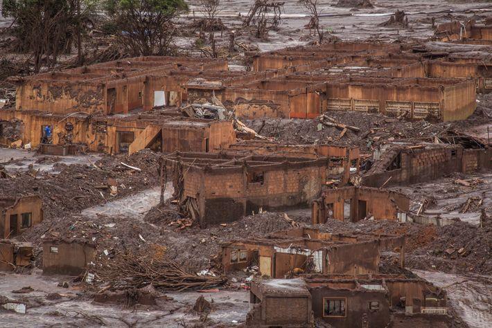 Os rejeitos de minério de ferro contidos na barragem rompida se alastraram pela região como um ...